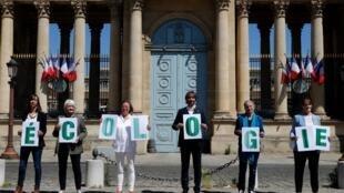 Депутаты новой фракции перед зданием Нацсобрания. 19.05.2020. В центре, с буквой «О» в руках, математик, кандидат в мэры Парижа Седрик Виллани.