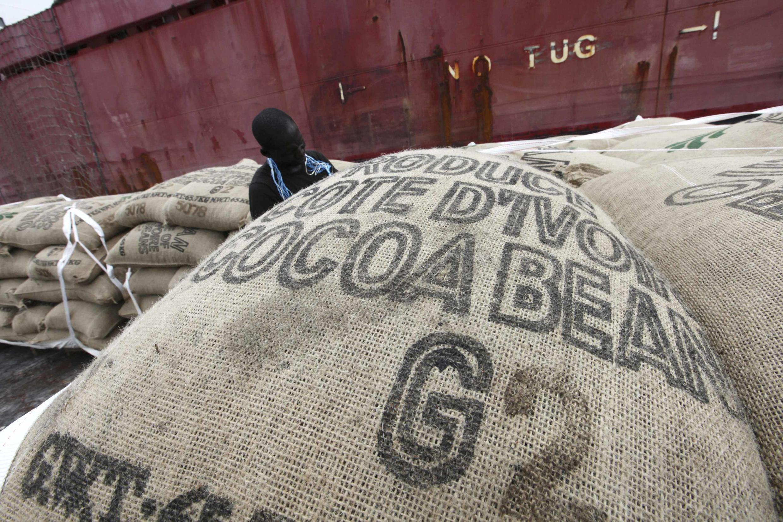 Un employé prépare les sacs de cacao qui seront chargés sur le navire dans le port d'Abidjan , le 10 mai 2011  Abidjan.