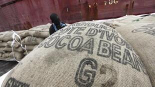 Un employé prépare les sacs de cacao destinés à être chargés sur un navire dans le port d'Abidjan, le 10 mai 2011.