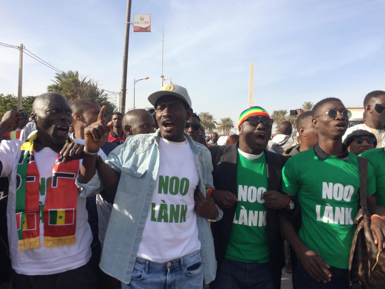Des manifestants disent «noo lank» («nous refusons» en wolof) à la hausse des tarifs de l'électricité devant la place de l'Obélisque, à Dakar. (Image d'archive).