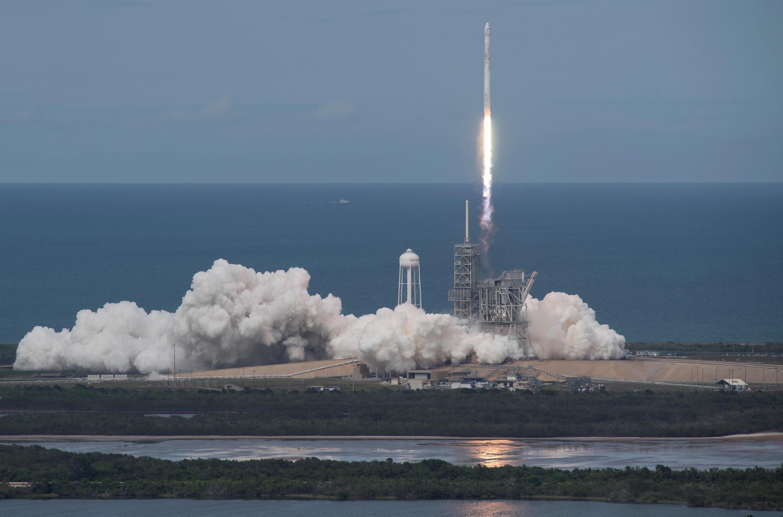 A nave reciclada Drago, acoplada ao foguete SpaceX Falcon 9, decola de Cabo Canaveral, na Flórida, em 3 de junho de 2017.