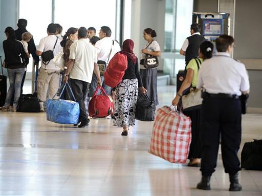 Un groupe de Roms, parmi les premiers à être expulsés de France, à l'aéroport Saint-Exupéry de Lyon, le 19 août 2010.