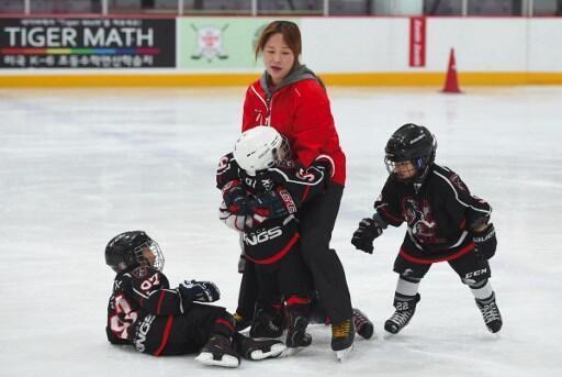 Hwangbo Young (C) avec ses élèves, durant un entraînement dans une patinoire de Séoul, en avril 2017.