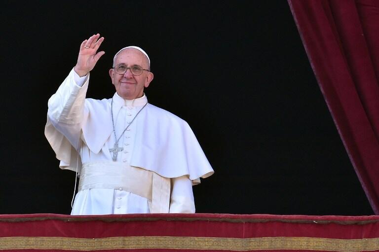 """El papa Francisco saluda a la multitud antes de pronunciar su mensaje """"Urbi et Orbi"""", en el Vaticano, el 25 de diciembre de 2015."""