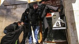 Пророссийские активисты штурмуют здание обладминистрации Донецка 06/04/2014