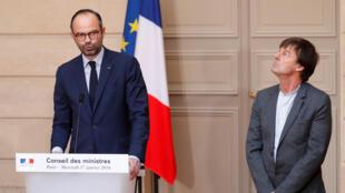 Le chef du gouvernement français Edouard Philippe (à gauche) et le ministre de l'Environnement Nicolas Hulot, lors de l'annonce de l'abandon du projet d'aéroport de Notre-Dame-des-Landes, le 17 janvier 2018.