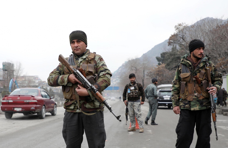 Policiais afegãos fiscalizam posto de controle em Cabul na sexta-feira (28).