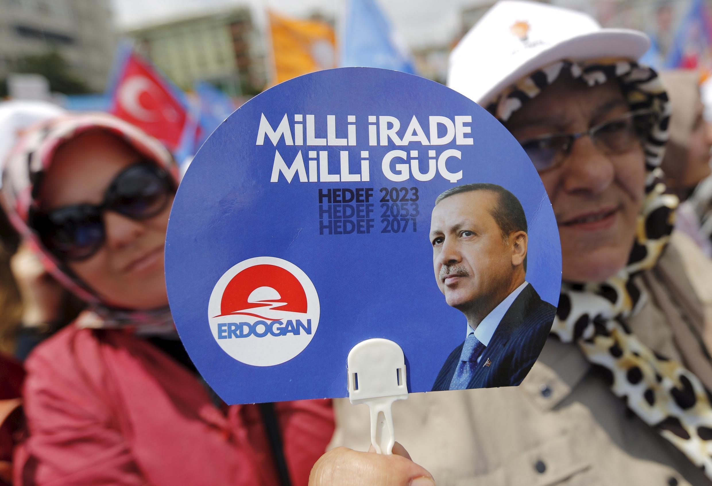 土耳其正义发展党的支持者手持埃尔多安头像 2016 6 2 伊斯坦布尔