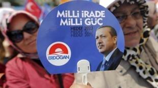 Des supportrices du parti AKP du président Recep Tayyip Erdogan, le 2 juin, à Istanbul.