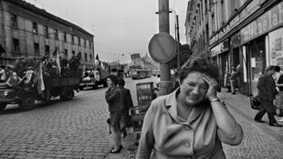 یکی از عکسهای تاریخی از اشغال پراگ در سال ١٩۶٨، اثر ژوزف کودلکا