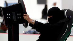 Arabie saoudite: cette femme se prépare à la conduite à l'aide d'un simulateur, le 13 mai 2018.