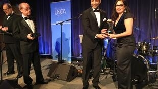Laura Angela Bagnetto receiving her prize from UNCA president Sherwin Bryce-Pease from the South African Broadcasting Corporation