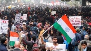 Manifestantes durante um protesto contra uma nova lei de cidadania, em Ahmedabad, Índia, 19 de dezembro de 2019.