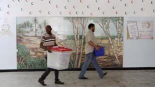 Préparatifs pour le scrutin législatif, le 24 juin 2014, dans une école de Tripoli.