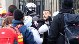 """Segundo fontes no local, o ferido é um fotógrafo dos """"coletes amarelos"""" que se encontrava em frente à Assembleia Nacional, em Paris. 09/2/2019"""