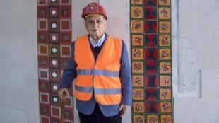 Manuel Cargaleiro junto ao novo mural na estação Champs-Elysées Clémenceau, em Paris.