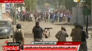 Imagens de televisão do ataque das forças do exército e da polícia sobre a localidade egípcia de Kerdasa, nos arredores do Cairo.