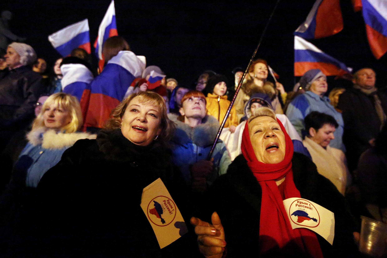 Cảnh người dân muốn sát nhẩp Cimée vào Nga, tập hợp tại quảng trường trung tâm  Simferopol, tối  16/03/2014.