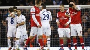 'Yan wasar Arsenal na karawa da Tottenham.