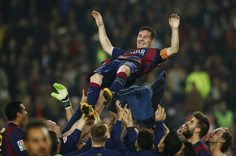 'Yan wasan Barcelona suna taya Messi murnar zama shugaban raga a Spain bayan ya jefa kwallaye 3 a ragar Sevilla wanda ya ba shi jimillar kwallaye 253 a La liga