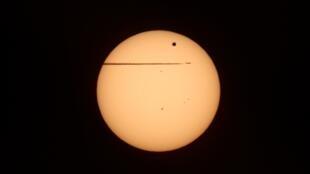 Avião passa sobre Viena nesta imagem que mostra o trânsito do planeta Vênus entre o Sol e a Terra, nesta quarta-feira.