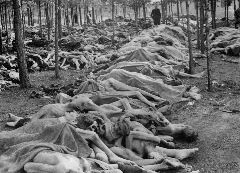 Dépouilles humaines découvertes par l'armée britannique en avril 1945 à Bergen-Belsen. Elles ont été photographiées avant d'être brûlées.