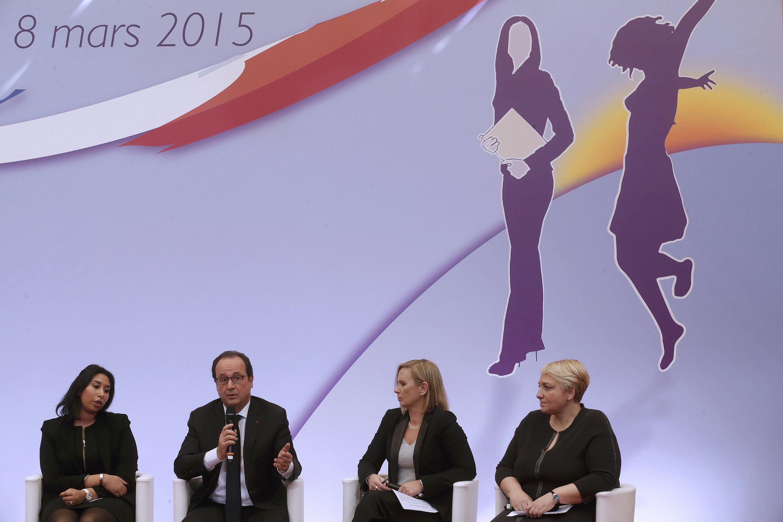 Президент Франсуа Олланд на круглом столе в Елисейском дворце приуроченном к 8 марта