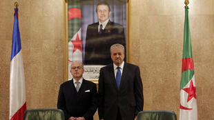 Le Premier ministre français Bernard Cazeneuve s'est entretenu avec son homologue algérien Abdelmalek Sellal lors d'une visite officielle à Alger, le 6 avril 2017.