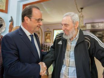 Presidente francês, François Hollande, (esq) cumprimentando Fidel Castro, por ocasião da sua visita, em 2015, a Cuba