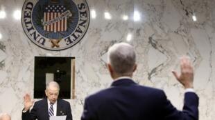 جیمز کومی، رئیس اف.بی.آی، قبل از ادی توضیح در مقابل کنگره سوگند میخورد
