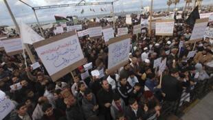 Líbios pedem que a lei islâmica seja aplicada no país.