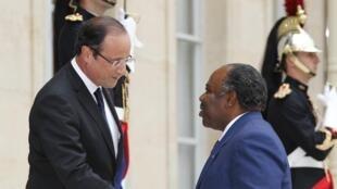 Le président gabonais Ali Bongo accueilli à l'Elysée par François Hollande, le 5 juillet 2012.