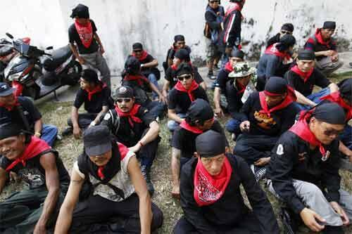 """Members of """"red guards"""", the internal security of supporters of former premier Thaksin Shinawatra, in Bangkok"""