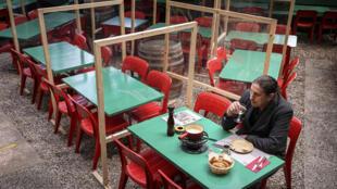 Un cliente saborea una fondue en una terraza en Lausana, que abrió de nuevo el 19 de abril de 2021