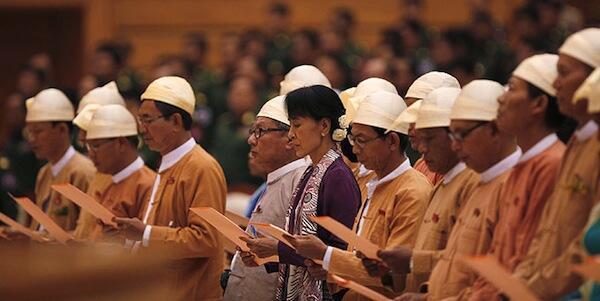 Kiongozi wa Upinzani Nchini Myanmar Aung San Suu Kyi akila kiapo pamoja na wabunge wengine 33 katika Bunge la nchi hiyo huko Naypyiadaw