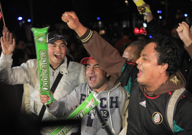 Mexicanos comemoram nas ruas depois de vitória contra a Nova Zelândia.