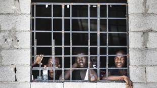 Des hommes enfermés dans un centre de détention pour migrants illégaux à Tripoli, juin 2017 (photo d'illustration).