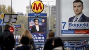 Des affiches de la campagne électorale pour les législatives de dimanche dans une rue de Varsovie, jeudi 22 octobre 2015.
