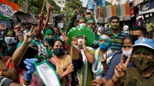 Những người ủng hộ thủ hiến bang Tây Bengal kiêm lãnh đạo đảng TMC, bà Mamata Banerjee, ăn mừng thắng lợi của bà, bât chấp đà lây lan của dịch Covid-19. Ảnh chụp ngày 02/05/2021 tại Kolkata (Calcutta), Ấn Độ.