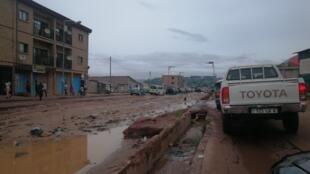 Vue de l'avenue de l'Union africaine dans sa partie la plus abîmée, à Brazzaville.