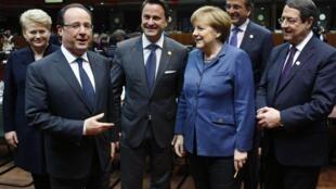 Dalia Grybauskaite, François Hollande, Xavier Bettel, Angela Merkel, Antonis Samaras y Nicos Anastasiades en Bruselas, este 19 de diciembre de 2013.