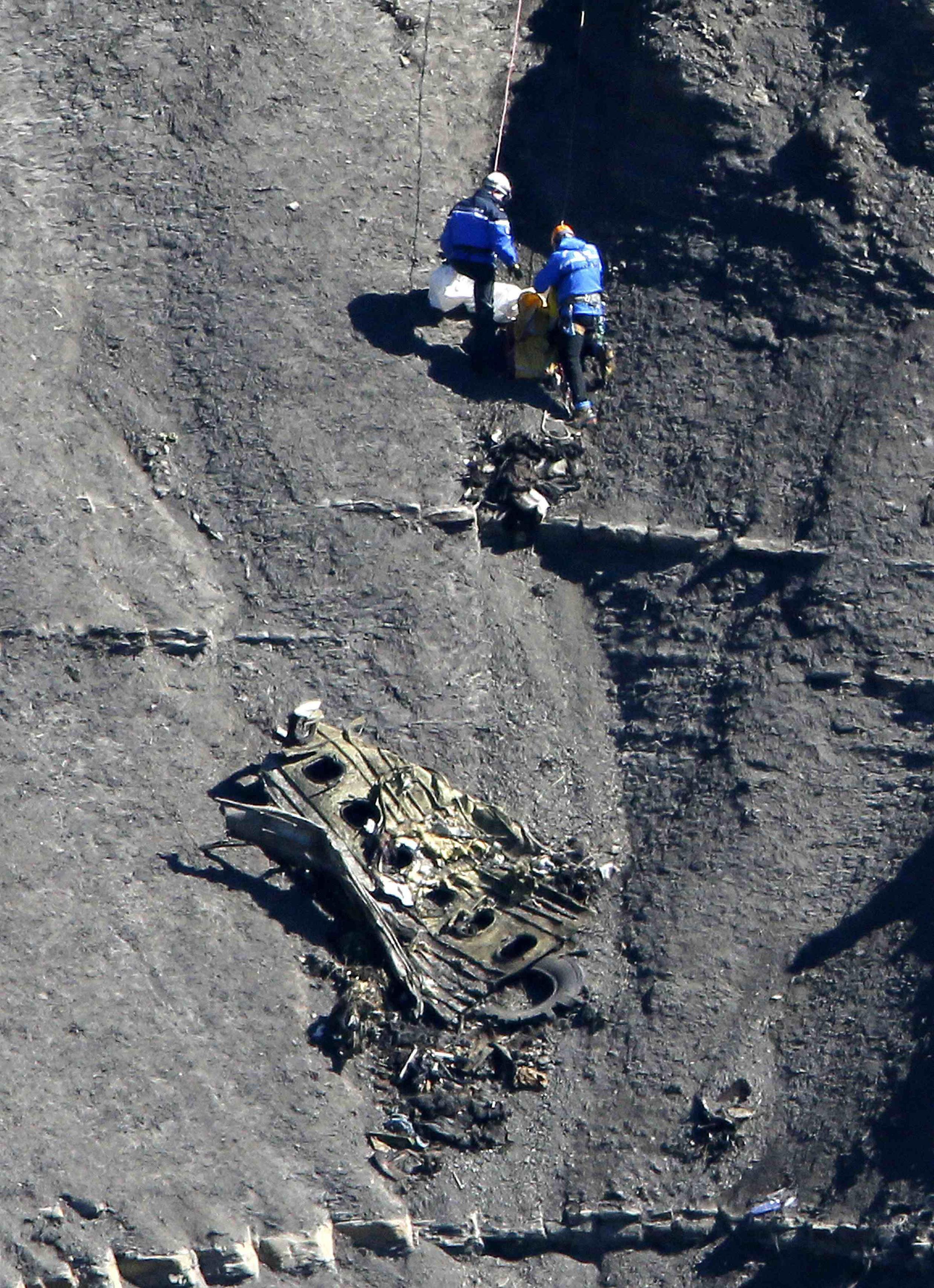 Equipes de buscas no local do acidente com o voo da Germanwings.