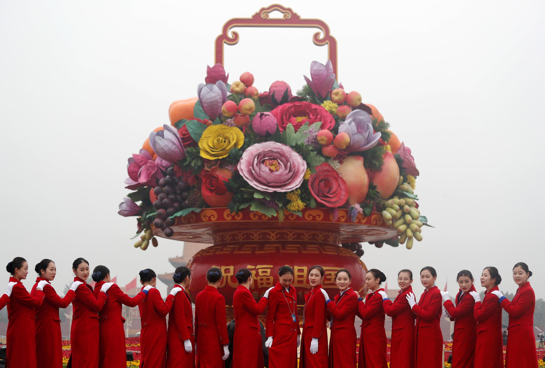 Церемонемейстеры съезда позируют на площали Тяньаньмэнь, 18 октября 2017 года.