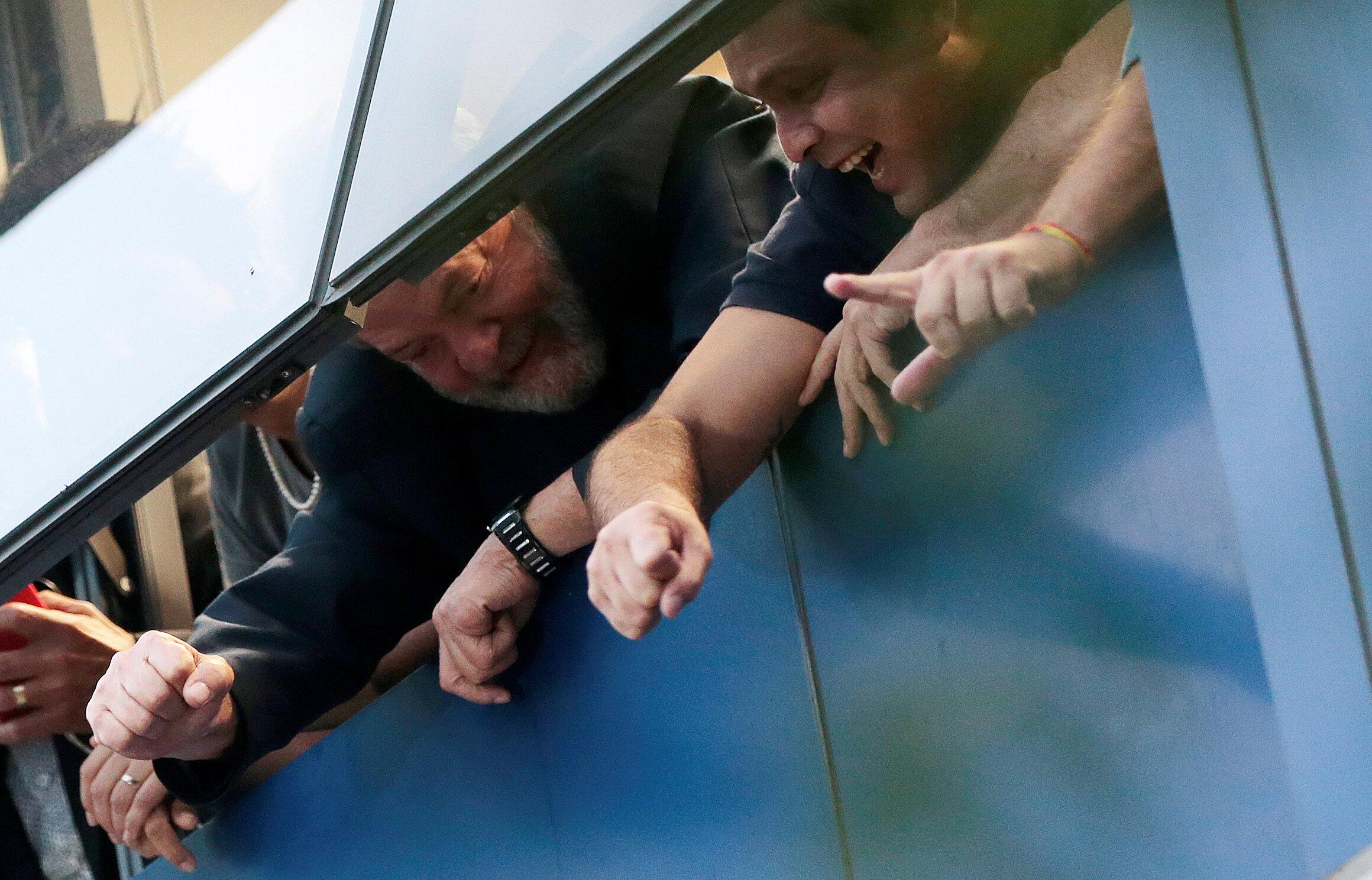 El ex presidente Lula saludando por una de las ventanas del sindicato de metalurgistas, Sao Bernardo do Campo, 6 de abril 2018.