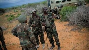 Des soldats de l'Amisom et des forces somaliennes pendant une opération contre les shebabs à Dayniile, le 22 mai 2012.