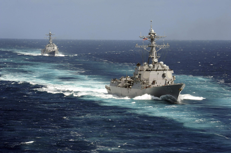 នាវាចម្បាំងរបស់អាមេរិក USS Kidd and USS Pinckney នៅក្នុងមហាសមុទ្រប៉ាស៊ីហ្វិក ដែលត្រូវចេញទៅរុករកយន្តហោះបាត់ខ្លួនរបស់ក្រុមហ៊ុនម៉ាឡេស៊ីអ៊ែរឡាញនៅមហាសមុទ្រឥណ្ឌា