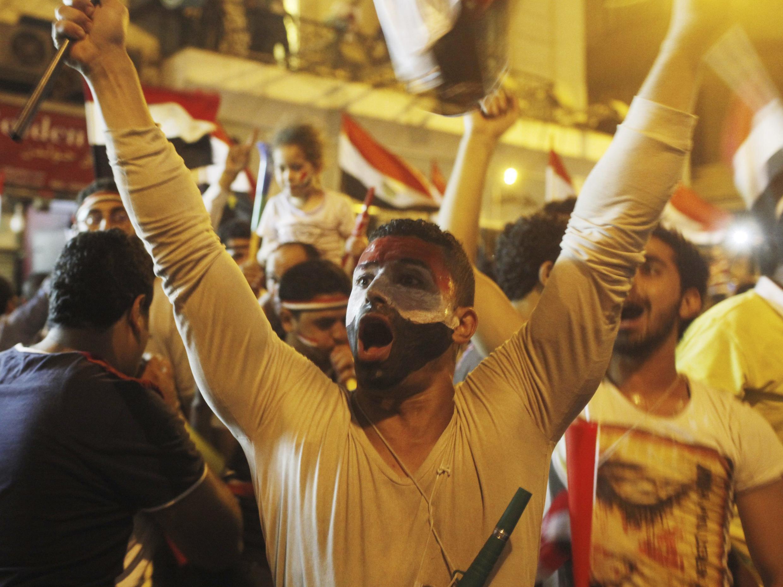 Les manifestants anti-Morsi célèbrent la destitution du président égyptien, Mohamed Morsi, près de la place Tahrir, au Caire, le 3 Juillet 2013.