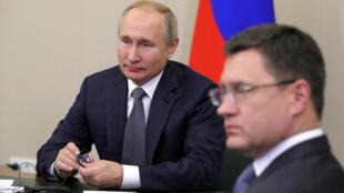 Le président russe Vladimir Poutine et le ministre de l'Énergie Alexander Novak lors du lancement d'un gazoduc vers la Chine, le 2 décembre 2019. (Image d'illustration)