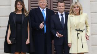 Os presidentes Emmanuel Macron e Donald Trump posaram para fotos nesta segunda-feira (23), ao lado das primeiras-damas Melania Trump e Brigitte Macron.