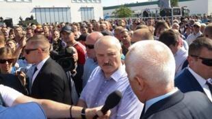 Le président biélorusse, Alexandre Loukachenko (au centre), lors de sa visite à l'usine MZKT, à Minsk, le 17 août 2020.